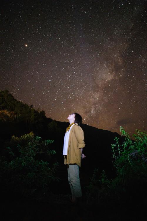 Tối hôm ấy, giữa lưng chừng con dốc lên Chế Tạo, mình đã vỡ òa xúc động khi ngửa mặt lên là một bầu trời ngàn sao lấp lánh. Thấy như vũ trụ chỉ dành cho hai đứa mình vậy! Mình vẫn nhớ một câu nói thế này: