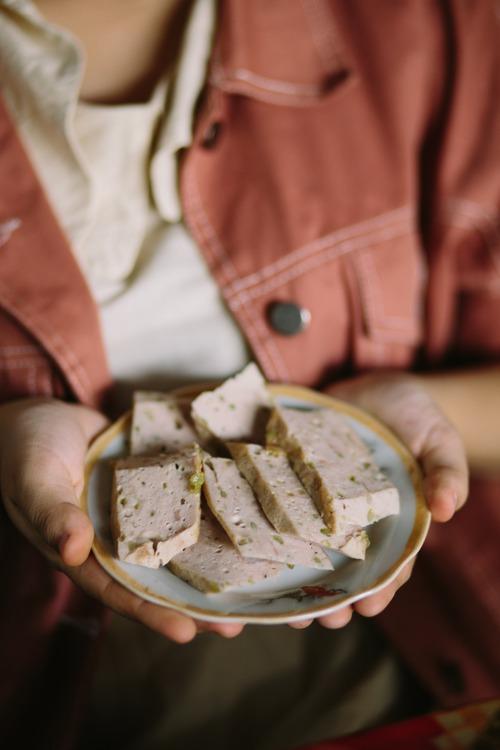 Đối với những bạn yêu ẩm thực, thì hãy thử ăn đồ ăn ở Tú Lệ nhé, thịt ở đây có độ dai và vị ngọt rất khác, thấy như vị ngọt và mùi thơm của thịt chạm tới được cả cảm xúc vậy.  Đây là chả cốm Tú Lệ, một trong những đặc sản vùng này.