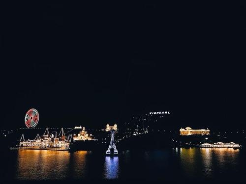 Đừng vội rời Vinpearl quá sớm bởi khi màn đêm buông xuống nơi đây lại đẹp một cách mỹ miều!
