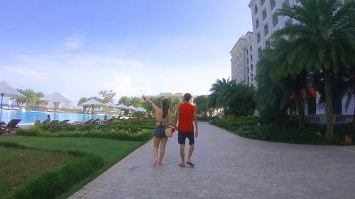 1 góc bên hồ bơi của Vinpearl Resort & Golf Phú Quốc.