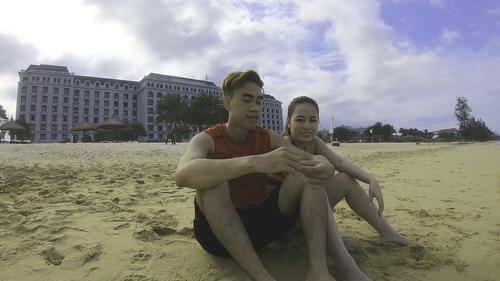 Ngồi hóng gió chiều trên bãi biển resort.