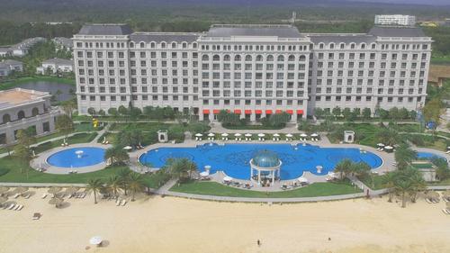 1 cảnh từ flycam nhìn tổng quát resort cực kỳ sang trọng.