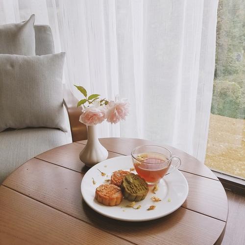 Buổi sáng còn được phục vụ trà và bánh, với view nhìn ra thảo nguyên tuyệt đẹp, tất cả như đang chiều chuộng cho những xúc cảm còn dang dở cả mình...