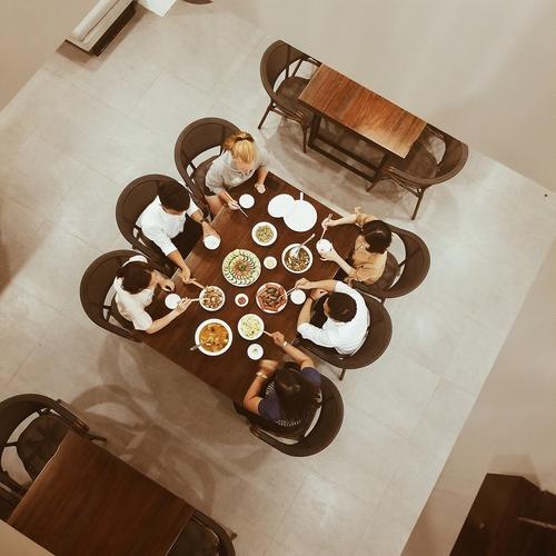 Một bữa ăn cùng gia đình chủ khách sạn, làm cho mình cảm thấy ấm áp hơn khi đi du lịch một mình.