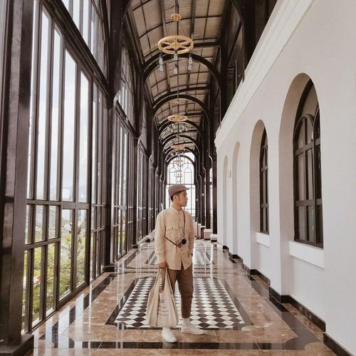 Dọc hành lang trong Sunplaza, nơi bạn có thể bắt tàu hoả để đi từ trung tâm thành phố lên Fansipan, với những kiến trúc đẹp đến choáng ngợp.