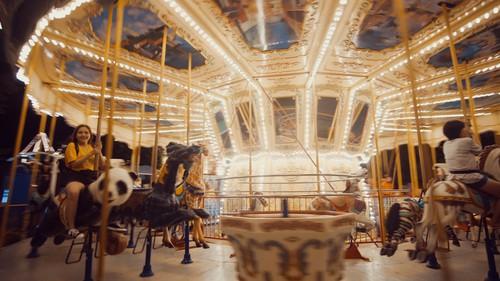 Vòng xoay ngựa gỗ rực rỡ về đêm