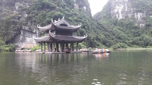 Ngôi chùa giữa sông nước
