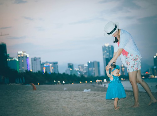 cùng con gái dạo biển đêm