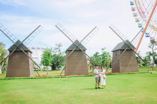 Gia đình chụp với cối xay gió