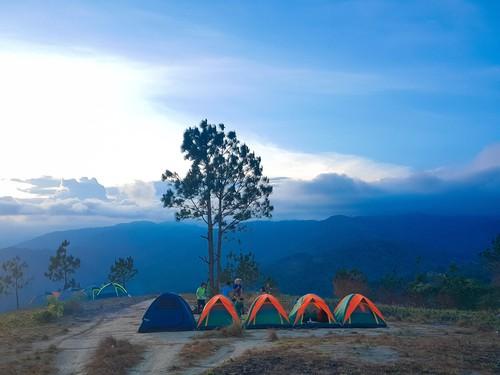 """Địa điểm hạ trại nằm trên 1 đỉnh đồi với """"view"""" cực thoáng"""