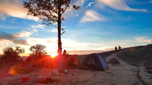 Nắng ánh lên ngay sau dãy lều nhỏ