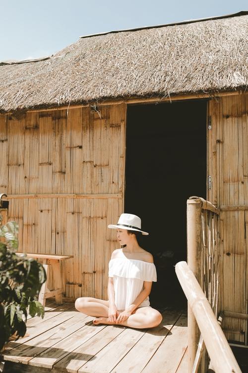 Nơi dừng chân nghỉ lại của chúng tôi là một căn nhà làm hoàn toàn bằng gỗ tre và mái lá xinh xẻo như thế này này