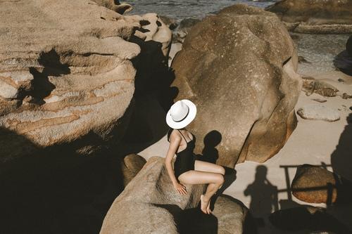 Bình Ba có nhiều những mỏm đá lớn như vậy, ở trên đây bạn có thể nằm sưởi nắng, hoặc phóng tầm mắt ra xa về phía chân trời