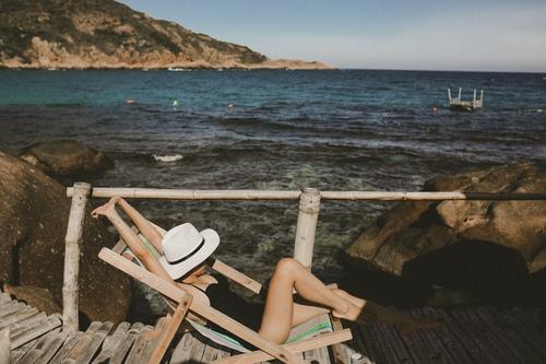 Sau khi leo trèo có chút mỏi chân, nằm dàn trên ghế gỗ hít hà cái mùi mặn mặn của biển cũng thật dễ chịu
