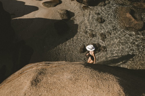 Buổi chiều xuống biển nơi này có vô số những bóng râm nho nhỏ để nằm tránh nắng