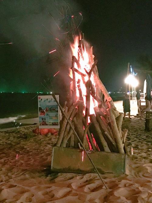 quây quần bên lửa trại khi đêm về
