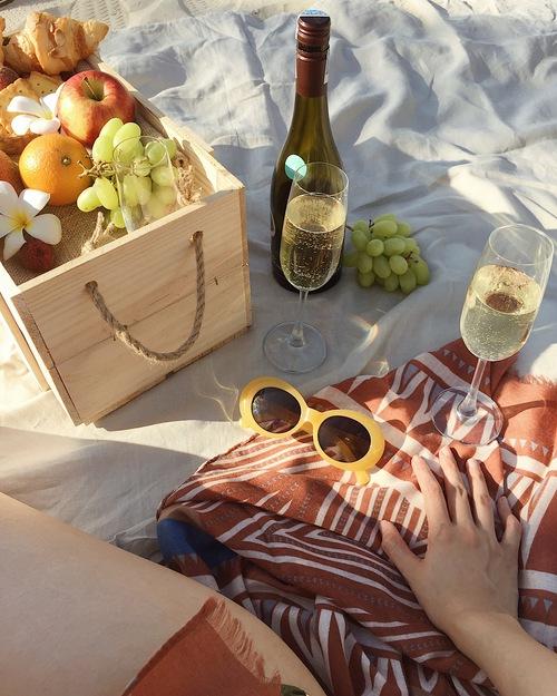 Buổi chiều ngắm hoàng hôn, cùng nhau picnic trên bờ biển thì còn gì bằng?