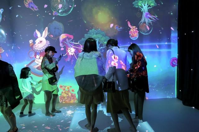 Trải nghiệm công nghệ thực tế ảo thu hút giới trẻ Hà Nội - Ảnh 2.