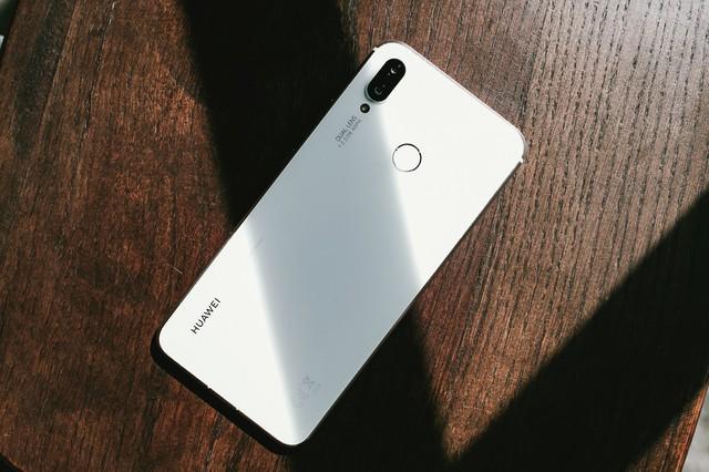 Phải cầm trên tay mới thấy Huawei Nova 3i phiên bản Trắng ngọc trai khác biệt với các smartphone màu trắng khác như thế nào - Ảnh 2.