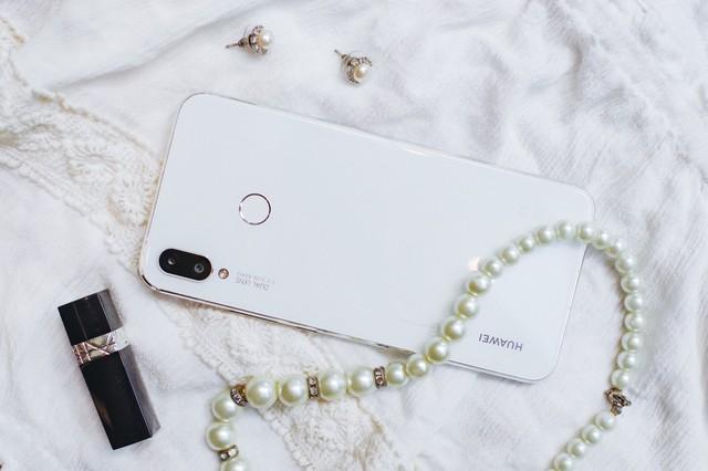 Phải cầm trên tay mới thấy Huawei Nova 3i phiên bản Trắng ngọc trai khác biệt với các smartphone màu trắng khác như thế nào - Ảnh 4.