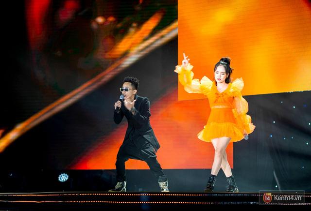 """Vừa ra mắt MV, Phương Ly và Rhymastic thổi bùng sân khấu với bản hit mới tại sự kiện ra mắt xe điện """"siêu to khổng lồ"""" - Ảnh 4."""