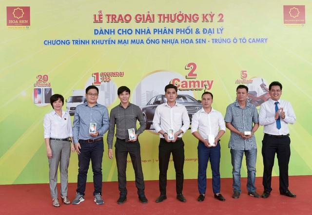 Tập đoàn Hoa Sen trao xe Camry đợt 2 cho các nhà phân phối, đại lý - Ảnh 1.