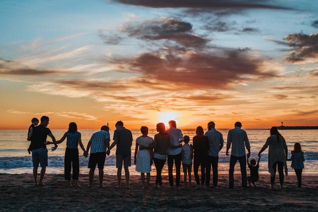 """Chữ """"hiếu"""" thời hiện đại: Nỗi lòng của thế hệ trẻ trước câu hỏi làm sao để phụng dưỡng cha mẹ khi về già?! - Ảnh 1."""