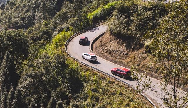 Mạnh Trường, Bảo Thanh thể hiện trình độ lái xe chẳng kém ai trên cung đường lắt léo đến Hà Giang - Ảnh 4.