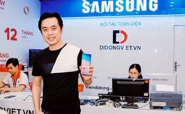Nhạc sĩ Dương Khắc Linh đặt mua Galaxy S10 Plus tại Di Động Việt tặng Sara Lưu dịp 8/3 - Ảnh 2.