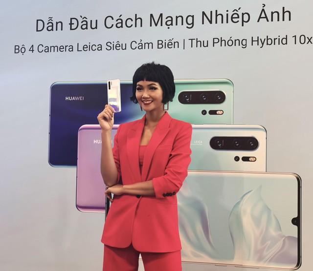 """Cùng """"Zoom 50x"""" Hoa hậu HHen Niê tại lễ mở bán P30 Series - Ảnh 1."""