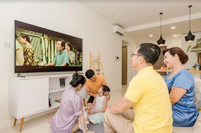 Cùng nhau quây quần xem TV là biểu hiện của một gia đình hạnh phúc - Ảnh 1.