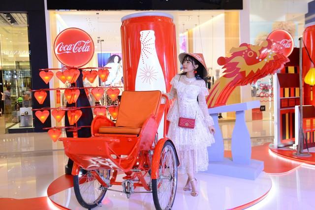 """""""Check-in"""" xuyên Việt chỉ trong một ngày, giới trẻ mê mẩn bộ lon Coca-Cola đặc biệt! - Ảnh 1."""