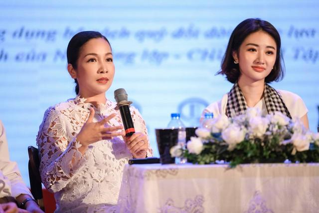 Ca sĩ Mỹ Linh, Hoa hậu Thu Ngân tặng sách quý cho chiến sĩ hải quân - Ảnh 2.
