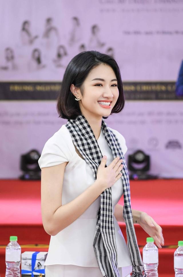 Ca sĩ Mỹ Linh, Hoa hậu Thu Ngân tặng sách quý cho chiến sĩ hải quân - Ảnh 3.
