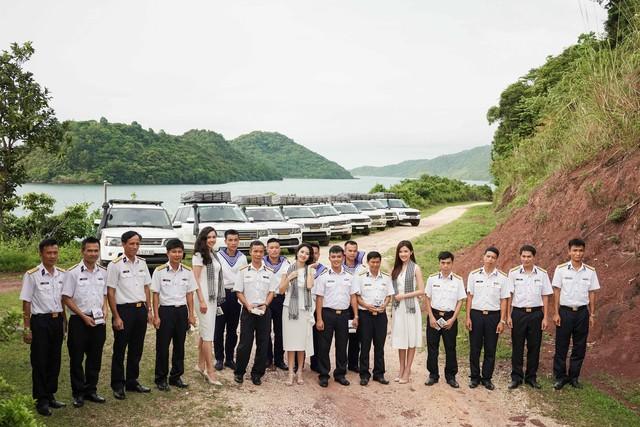 Ca sĩ Mỹ Linh, Hoa hậu Thu Ngân tặng sách quý cho chiến sĩ hải quân - Ảnh 4.