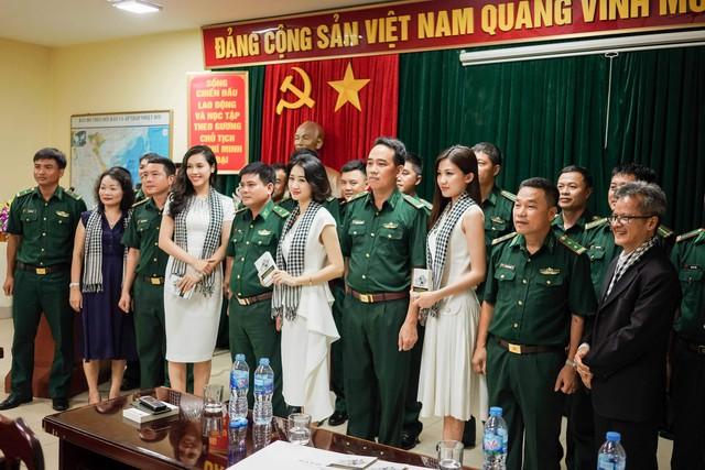 Ca sĩ Mỹ Linh, Hoa hậu Thu Ngân tặng sách quý cho chiến sĩ hải quân - Ảnh 5.