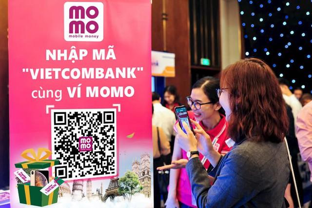 Kích thích khách hàng bỏ tiền mặt, MoMo và Vietcombank tung khuyến mãi khủng - Ảnh 1.