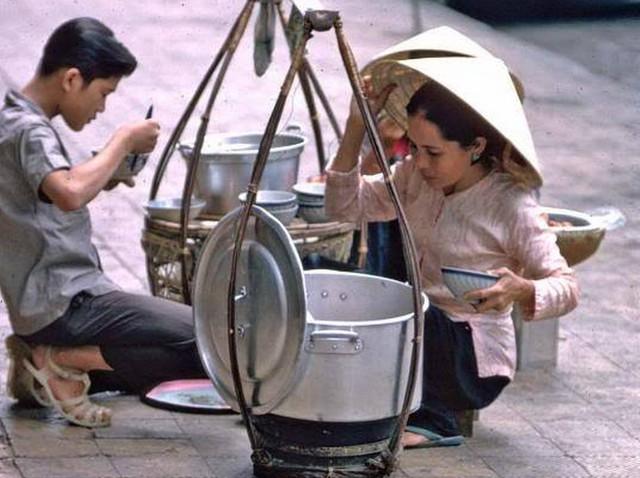 Gánh hàng rong Mua Bán: Phác thảo nét sáng Sài Gòn xưa và nay - Ảnh 2.