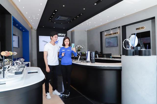 Một ngày khám phá cửa hàng trải nghiệm Samsung chuẩn quốc tế vừa ra mắt - Ảnh 1.