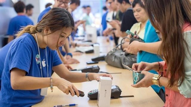 Tại sao nên mua iPhone chính hãng thay vì hàng xách tay và bản lock? - Ảnh 1.