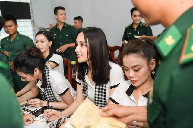"""Hoa hậu Mai Phương Thúy: """"Người tặng sách quý muốn thanh niên Việt có khát vọng lớn"""" - Ảnh 2."""