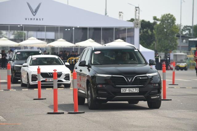 Hàng nghìn lượt khách phấn khích lái thử xe VinFast Lux tại Hà Nội - Ảnh 10.