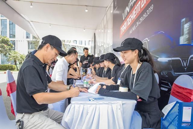 Hàng nghìn lượt khách phấn khích lái thử xe VinFast Lux tại Hà Nội - Ảnh 3.