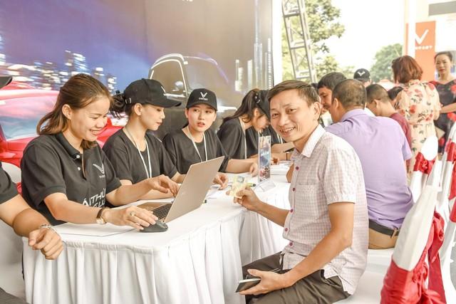 Hàng nghìn lượt khách phấn khích lái thử xe VinFast Lux tại Hà Nội - Ảnh 4.