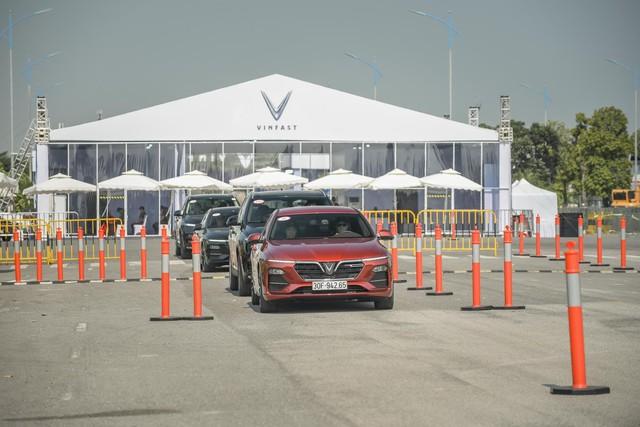 Hàng nghìn lượt khách phấn khích lái thử xe VinFast Lux tại Hà Nội - Ảnh 8.