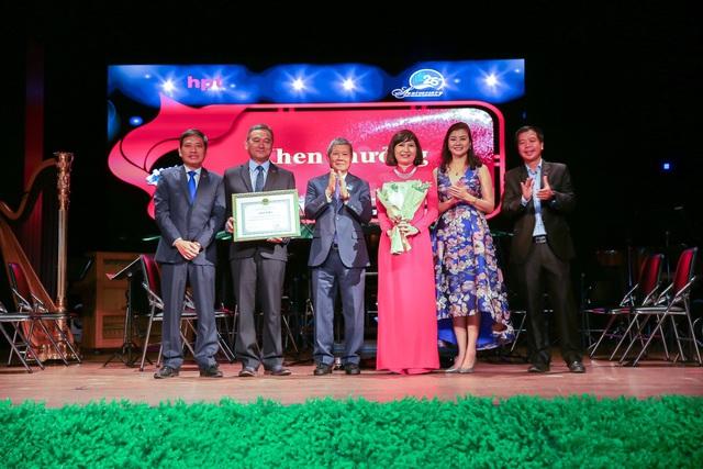 Thứ trưởng Bộ Thông Tin & Truyền thông trao bằng khen cho HPT Việt Nam nhân lễ kỉ niệm 25 năm thành lập - Ảnh 1.