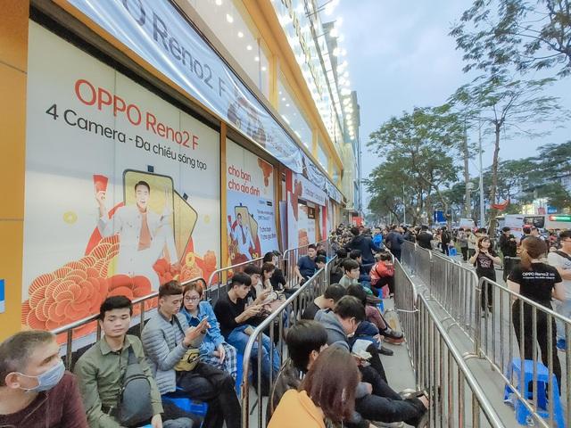 Nhìn lại cơn sốt xếp hàng mua OPPO Reno2 F ở Hà Nội: điều hiếm thấy ở phân khúc tầm trung - Ảnh 1.