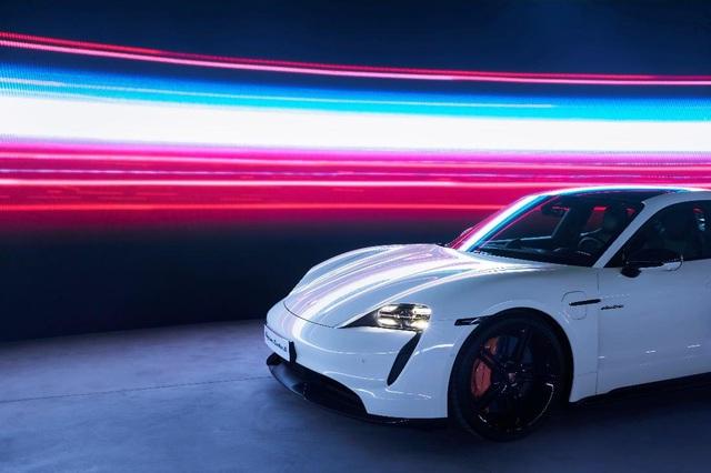Porsche chính thức ra mắt dòng xe thể thao thuần điện cao cấp Taycan tại Việt Nam - Ảnh 1.