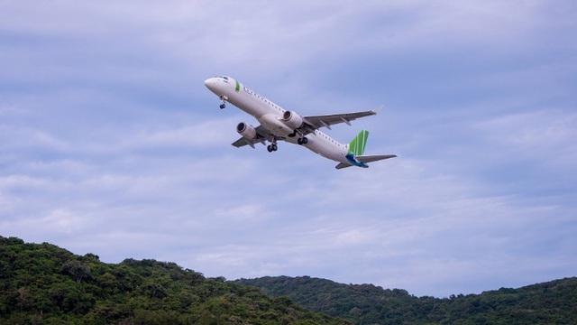 Chủ tịch Bamboo Airways cùng hành khách bay thẳng Hà Nội - Côn Đảo ngày khai trương - Ảnh 1.