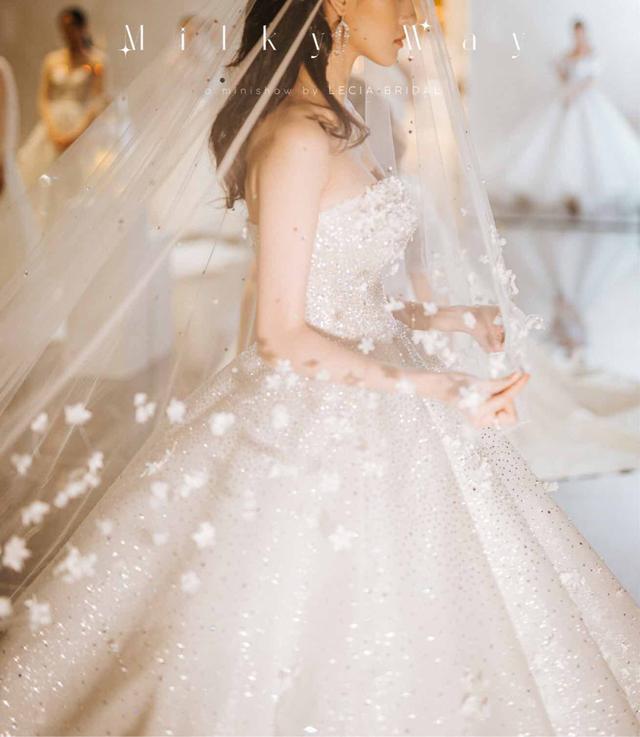 Á hậu Hoàng Anh hóa cô dâu lộng lẫy với váy cưới đính 50.000 viên pha lê Swarovski - ảnh 3